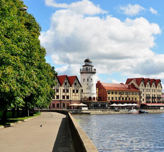 Edificios ribereños en el Pueblo de Pescadores de Kaliningrado, Rusia © MADair / Shutterstock