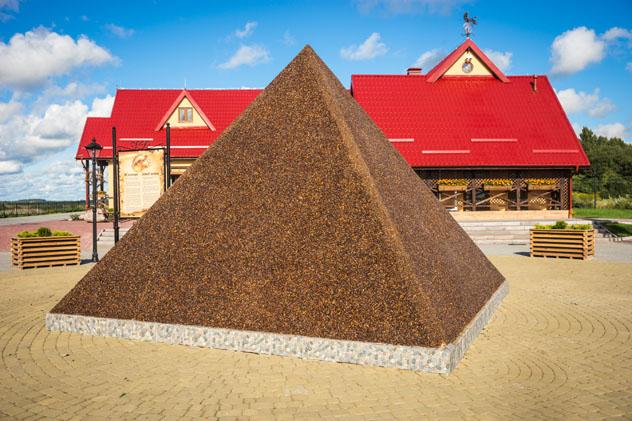Pirámide de ámbar en la mina de Yantarny, Kaliningrado, Rusia © siete vidas / Shutterstock