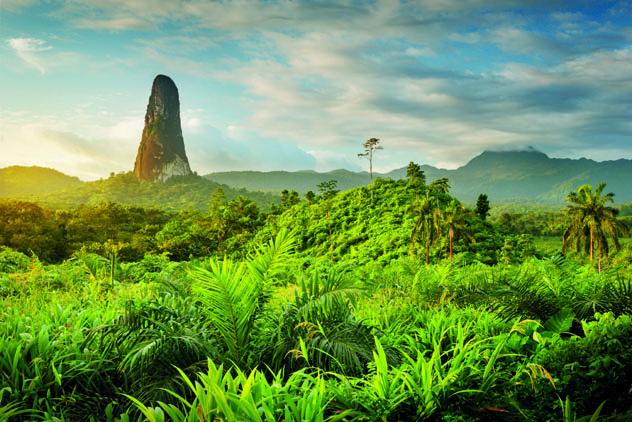 El pico Cão Grande, una torre de roca de 668 m, en la isla de Santo Tomé © Justin Foulkes / Lonely Planet