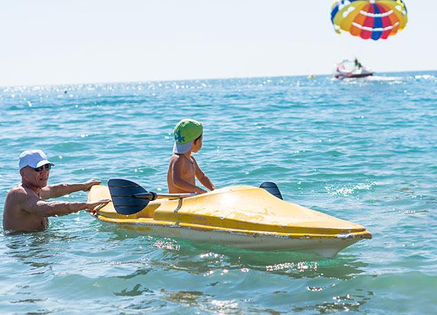 Kayak, familia en la playa, Seychelles © J UK / Shutterstock