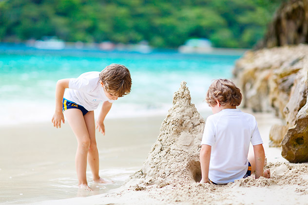 Familia en la playa, Seychelles © Romrodphoto /Shutterstock