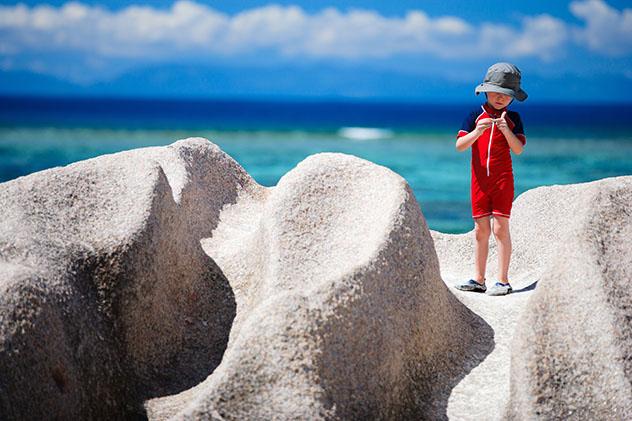 Familia en la playa, Seychelles © BlueOrange Studio /Shutterstock