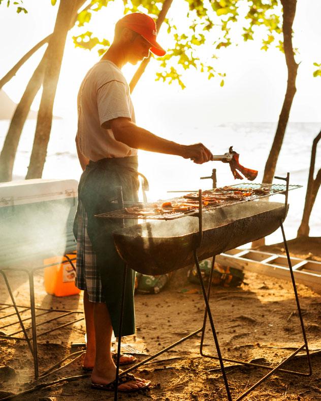 Barbacoa en la playa, isla Mahé, Seychelles © Justin Foulkes / Lonely Planet