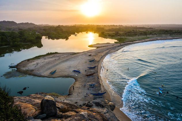 Arugam Bay ofrece un ambiente relajado y olas para surfistas de todos los niveles, Sri Lanka © Shanti Hesse / Shutterstock