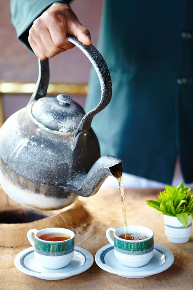 Tomando té en una de las plantaciones de Nwara Eliya, Sri Lanka © Matt Munro / Lonely Planet