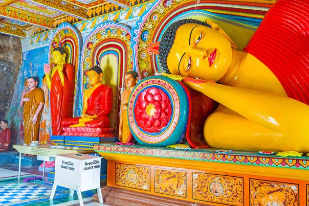 Estatuas de Buda en el templo Isurumuniya, Anuradhapura, Sri Lanka © eFesenkoi / Shutterstock