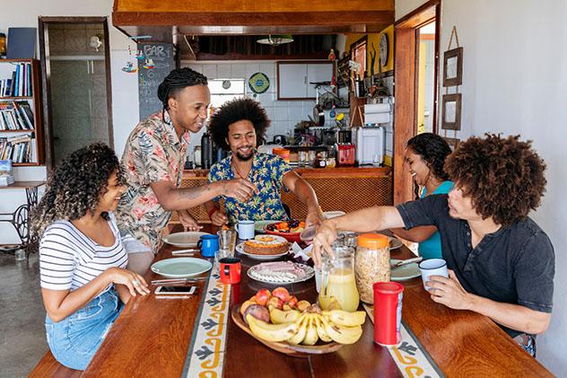 Consejos para viajar solo por Sudamérica: comer en buena compañía