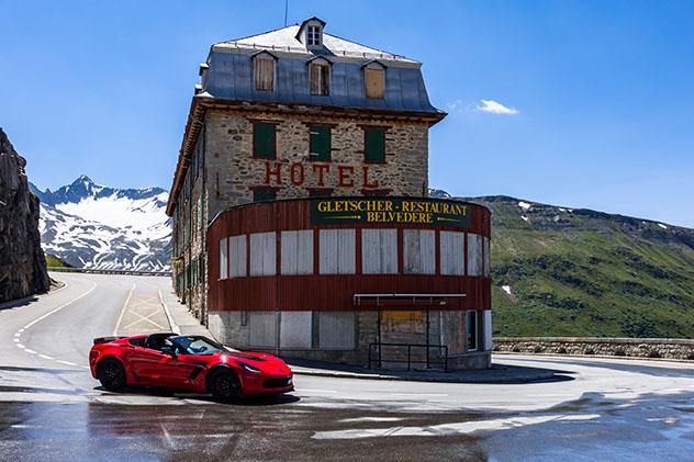 Recorrer curvas legendarias, transitables en verano, delPuerto de Furka, Suiza