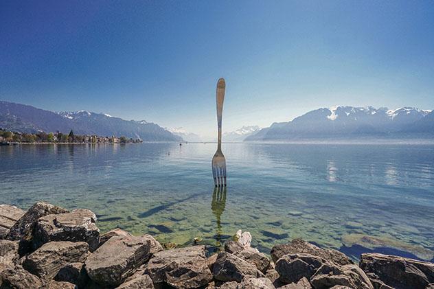 La escultura del tenedor gigante que emerge del lago Lemán en la gastronómica Vevey, Suiza © Prachaya Roekdeethaweesab / Shutterstock