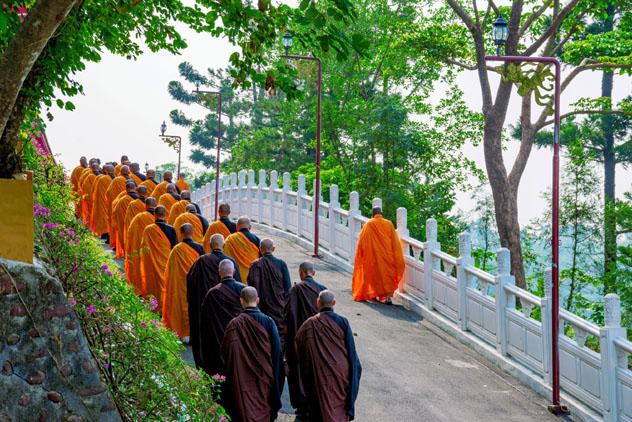 Los monjes y monjas residentes ofrecen visitas guiadas a Foguangshan, Taiwán © asiastock / Shutterstock