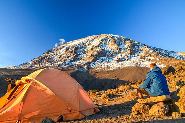 Un alpinista contempla el Kibo, uno de los tres picos volcánicos del Kilimanjaro, Tanzania © Juergen_Wallstabe / Shutterstock