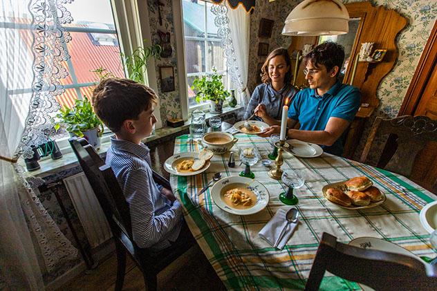 Turismo sostenible: comunidad. La cena en el B&B de Oda, islas Feroe, Dinamarca