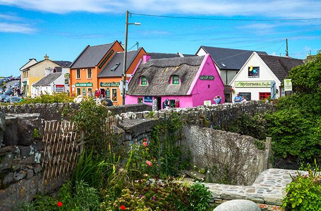 Turismo sostenible: comunidad. Casas de colores de Doolin, Burren, Irlanda