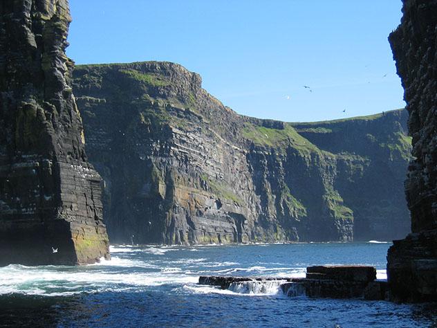 Turismo sostenible: comunidad. Paisaje de los acantilados del Burren, Irlanda