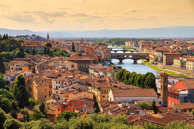 Turismo sostenible: comunidad. El perfil urbano de Florencia, con puentes sobre el río Arno