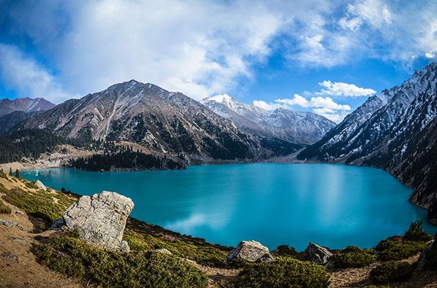Turismo sostenible: comunidad. El espectacular Gran Lago de Almaty en las montañas Tian Shan, cerca de Almaty, Kazajistán