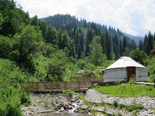 Turismo sostenible: comunidad. Una yurta (ger) y el río en los montes que rodean Almaty, Kazajistán