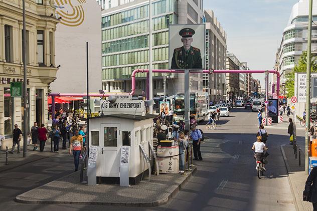 Turismo sostenible: comunidad. El Checkpoint Charlie, en Berlín