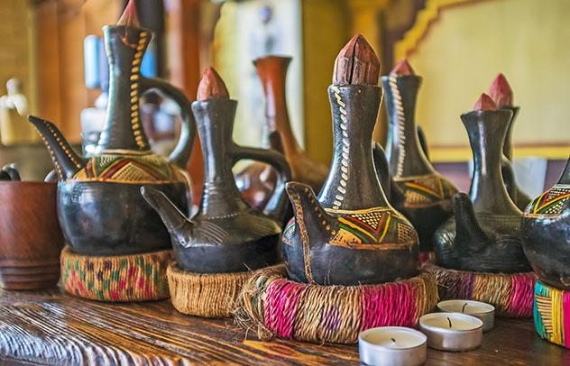Turismo sostenible: comunidad. Frascos jebena tradicionales etíopes para la elaboración del café