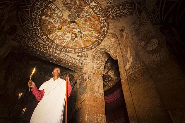 Turismo sostenible: comunidad. Los frescos del techo de Abuna Yemata Guh, del s. XV, una iglesia en una cueva