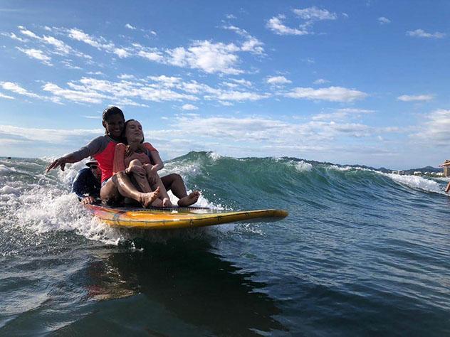 Turismo sostenible: diversidad. Surf en playa Madrigales, Jacó, Costa Rica