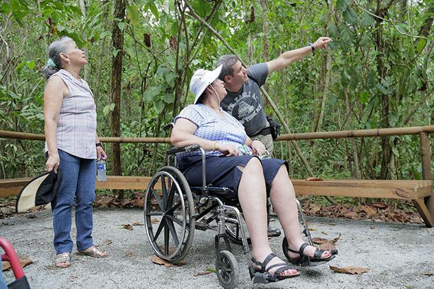 Turismo sostenible: diversidad. Viajeras en silla de ruedas en Costa Rica