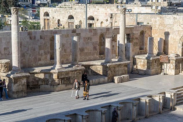 Turismo sostenible: diversidad. Vistas desde el interior del teatro romano de Ammán, Jordania