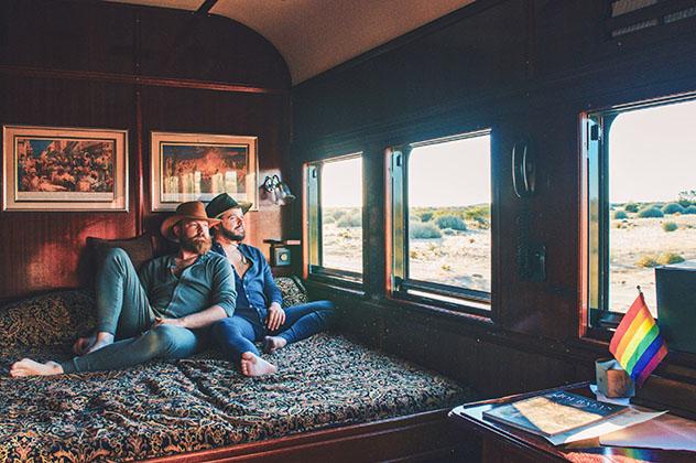 Turismo sostenible: diversidad. Daan y Karl en una ruta en tren por Namibia
