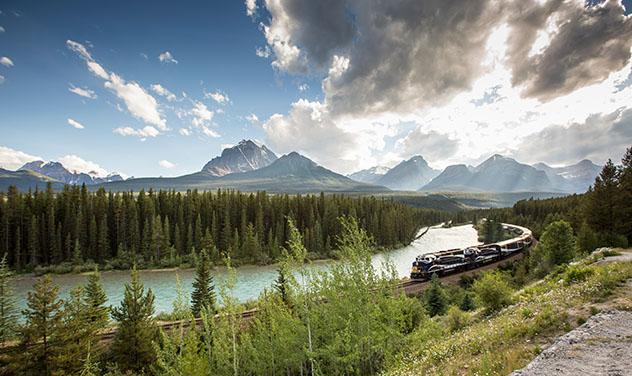 Turismo sostenible: sostenibilidad. A bordo del Rocky Mountaineer las vistas son épicas en cada curva, Canadá
