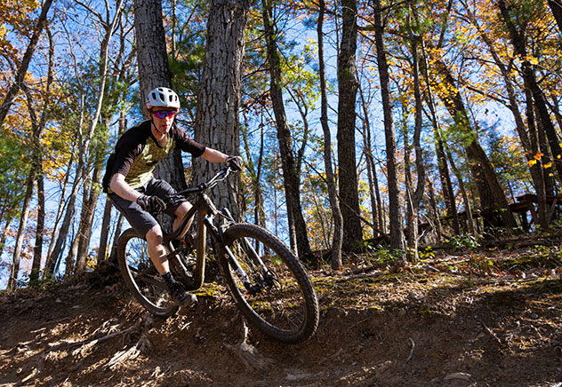 Turismo sostenible: sostenibilidad. La Virginia Mountain Bike Trail recorre 800 km de los montes Allegheny y la cordillera Azul, Virgina, EE UU