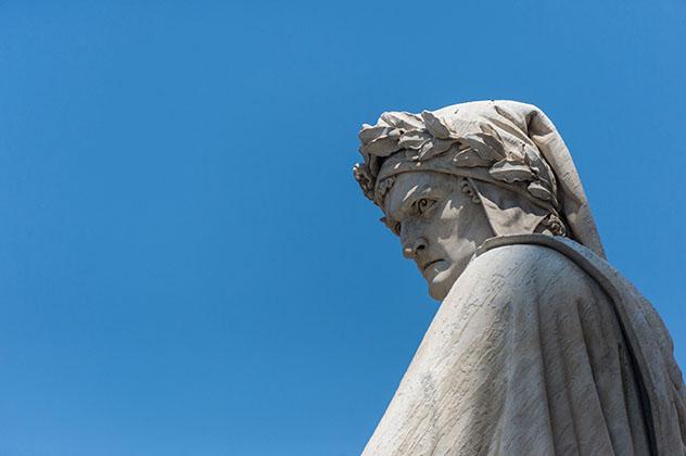 Turismo sostenible: sostenibilidad. Estatua de Dante Piazza Santa Croce, Florencia, Italia