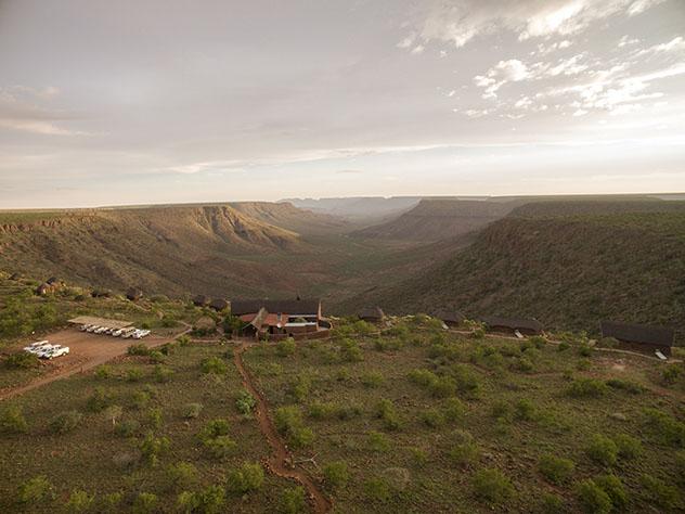 Turismo sostenible: sostenibilidad. Grootberg Lodge tiene vistas al valle del río Klip, Namibia