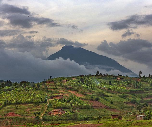 Turismo sostenible. Sostenibilidad. El monte Muhabura, en el Parque Nacional de los Volcanes, Ruanda
