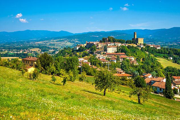 Turismo sostenible: sostenibilidad. La aldea medieva de Poppi, la Toscana, Italia