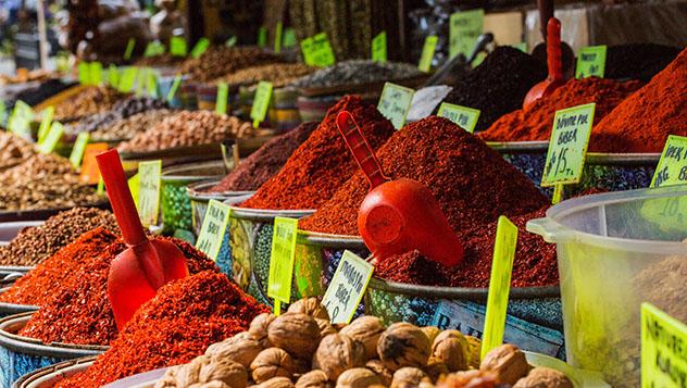Bazar de las Especias, Estambul, Turquía © idealistock /Getty Images