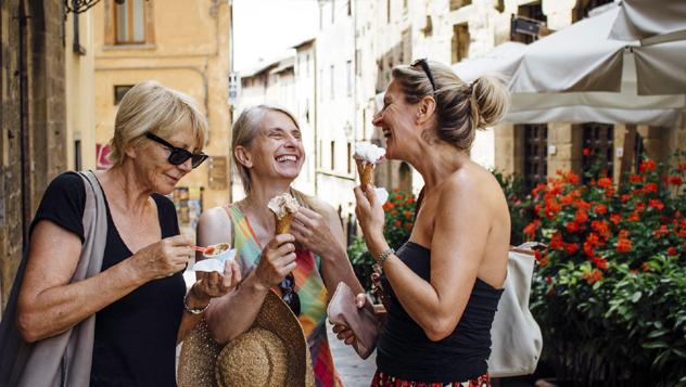 Compartir un helado –o una comida– con un lugareño para saborear el auténtico día a día de una ciudad © SolStock / Getty Images