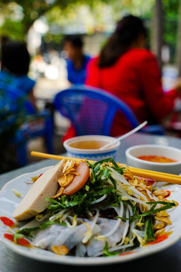 'Bánh cuốn', un sabroso plato callejero que se puede degustar en CHCM, Vietnam ©James Pham / Lonely Planet