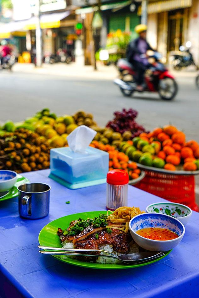 Disfrutar de las escenas de las calles de CHCM saboreando 'cơm tấm', Vietnam © James Pham / Lonely Planet