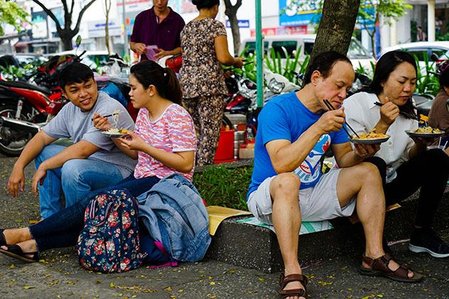 Un plato de ensalada de papaya en plena calle de CHCM, Vietnam © James Pham / Lonely Planet