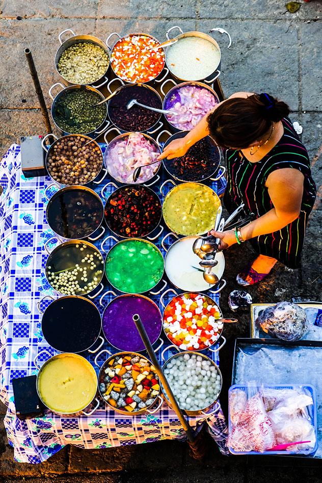 La 'chè' puede llevar un montón de ingredientes diferentes. ¿Cuál será e favorito del viajero?, CHCM, Vietnam © James Pham / Lonely Planet