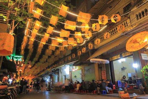 El cierre del aeropuerto permitió disfrutar de un rico almuerzo en el barrio antiguo de Hanoi, Vietnam © TK Kurikawa / Shutterstock