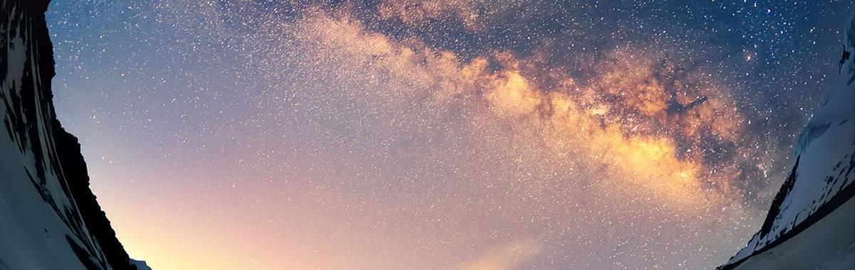 Gente celebrando la observación de la Vía Láctea, cielos oscuros