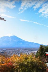Avión y el monte Fuji, Fujiyoshida, Japón
