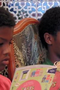 Tesfaye y Yohanes con Mi primera Lonely Planet