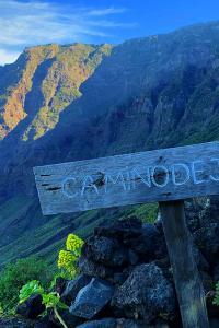 Turismo sostenible: El sendero Camino de Jinama, que pasa por los acantilados, El Hierro, Canarias, España