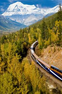 Turismo sostenible: el tren Rocky Mountaineer atravesando el Parque Nacional Banff, Canadá