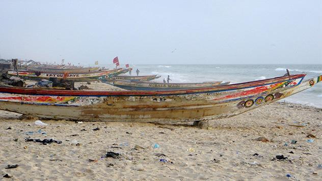 Las barcas de pesca en la playa de Guet Ndar, Saint-Louis, África