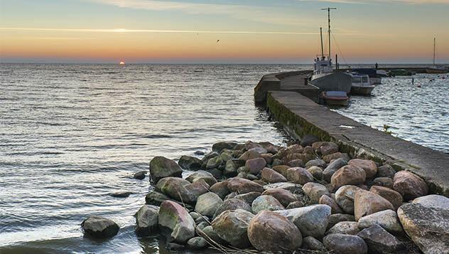 Puesta de sol en el puerto marino de Nida, Lituania