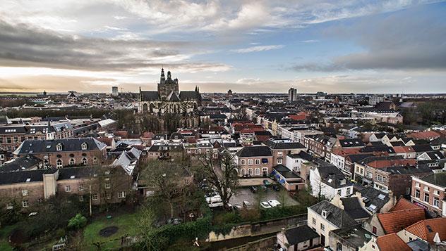 Vista de la ciudad de Den Bosch con la catedral de San Juan al fondo, Brabante, Países Bajos.