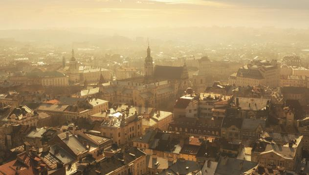 Vista desde arriba del centro histórico de Leópolis, Ucrania